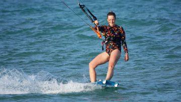 Dlaczego kitesurfing to idealny sport dla dziewczyn? 10 powodów